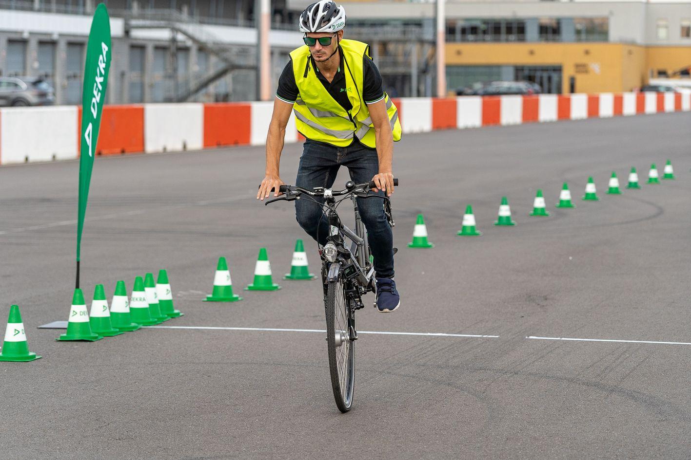 Test auf trockener Fahrbahn mit einem Fahrrad mit Felgenbremse. Foto: DEKRA