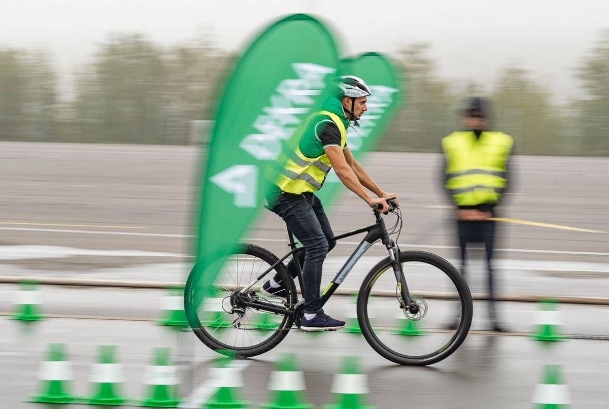 Testversuch auf nasser Fahrbahn mit einem Fahrrad mit Scheibenbremse. Foto: DEKRA