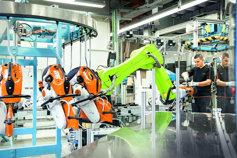 Qualitätsprüfung: Ein kollaborativer Roboter unterstützt die Mitarbeiter. Foto: STIHL