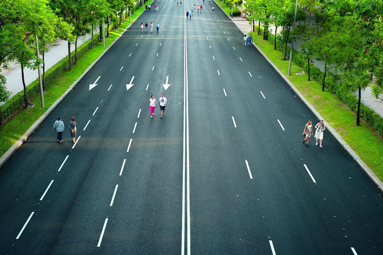 Madrid: Eine der wichtigsten Hauptstraßen Madrids, die Paseo de la Castellana, wurde im Mai 2020 coronabedingt zur Fußgängerzone. Foto: GettyImages/ NurPhoto