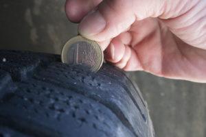Der Reifen hat noch mehr als vier Millimeter Profiltiefe, wenn der goldene Rand der Münze verdeckt ist. Foto: ETM-Belluomo