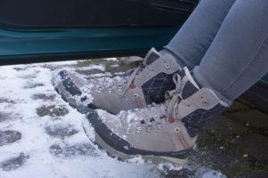 Vor dem Einsteigen Schuhe abklopfen - sonst kommt unnötige Feuchtigkeit ins Auto. Foto: ETM-Spotz