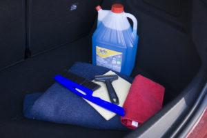 Wichtiges Winterzubehör: Eiskratzer, Besen, Decke, Anti-Beschlagtuch, Decke und Frostschutzmittel für die Wischanlage. Foto: ETM-Belluomo