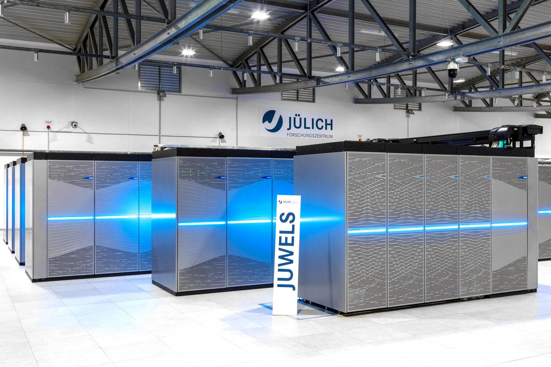 Das Supercomputer-Forschungszentrum Jülich setzt bereits einen Hochleistungsrechner ein, der die Arbeitsweise eines Quantencomputers fast perfekt simuliert. Foto: Jülich