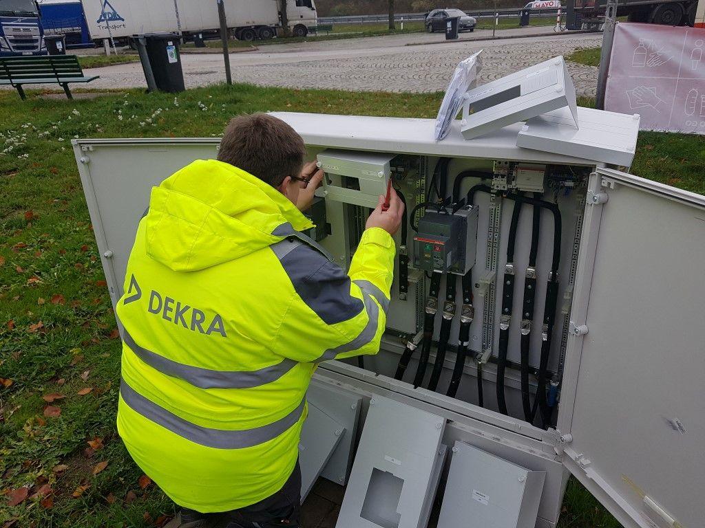 Die Elektrosachverständigen von DEKRA prüfen in Ladeparks und Stromtankstellen die Installationen an Systemen wie Trafostation und Abschaltschränken. Foto: Ringleb