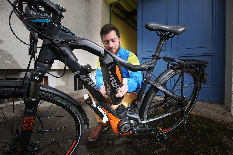 Bei einem E-Bike sollte man auf den Ladestand des Akkus achten. Bei starker Entladung die Batterie ins Trockene und Warme bringen und nur zu drei Vierteln aufladen. Foto: Hans-Dieter Seufert