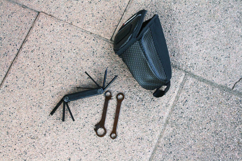 Ein praktisches Hilfsmittel ist ein Multitool, das ähnlich wie ein Schweizer Taschenmesser diverse Mini-Werkzeuge an Bord hat. Foto: ETM